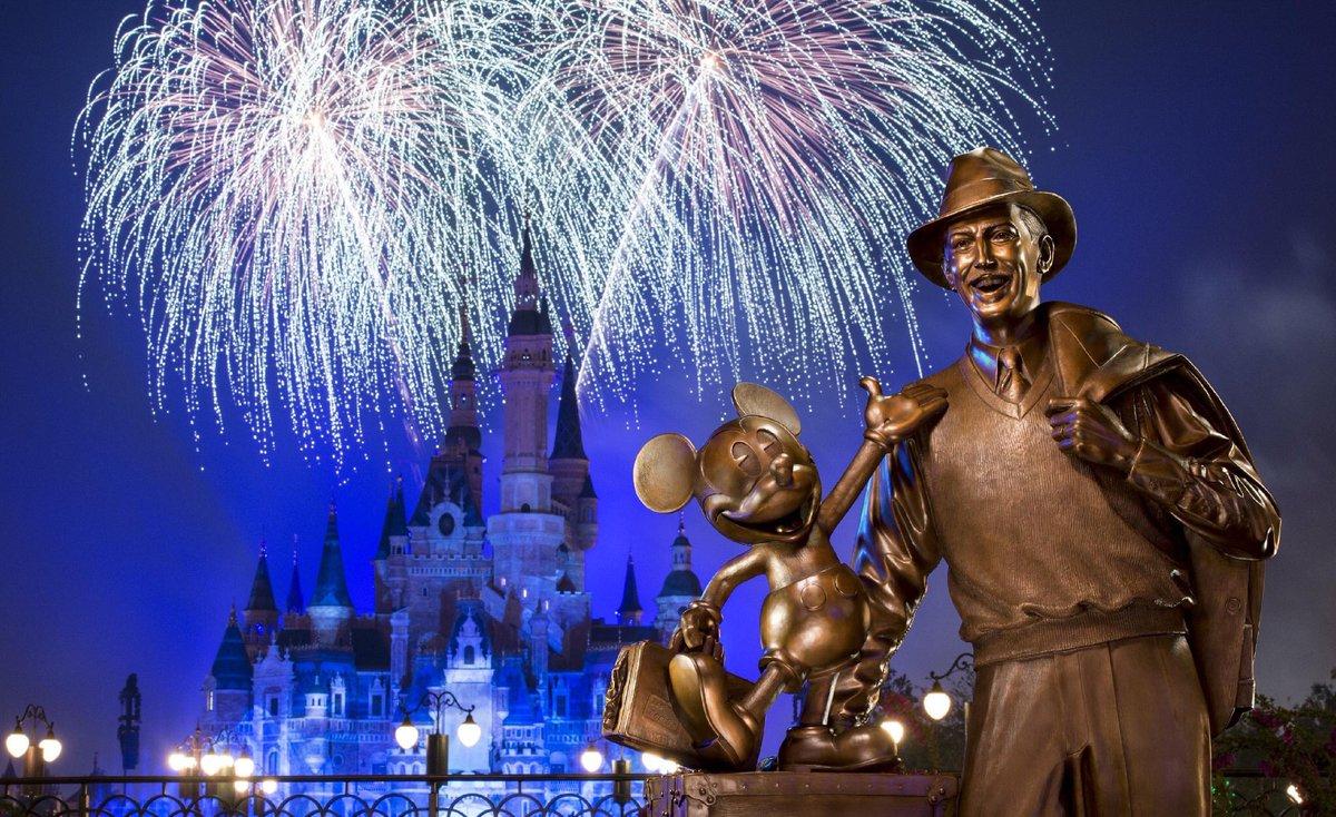 Shanghai Disneyland zámek a socha Walta Disneye